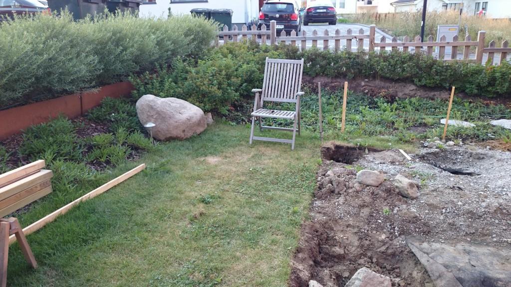 Stenen har fått en fin placering i trädgården.