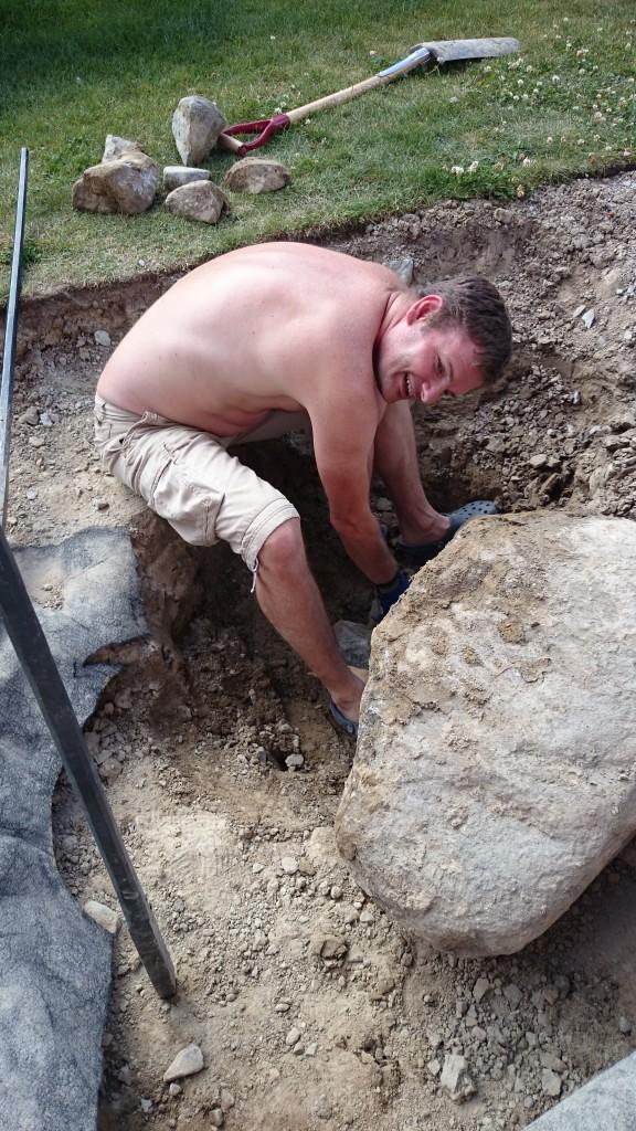 Vi rensade så mycket jord vi kunde runt stenen.